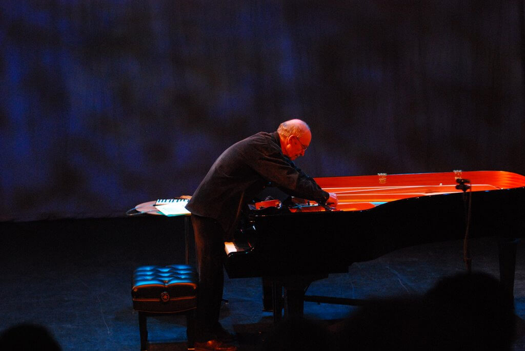 Christian_Wolff_prepared_piano_performance_2007_Feb1